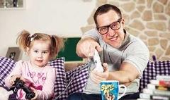 ویدئویی خنده دار از دخترهایی که توسط پدرهایشان آرایش می شوند!