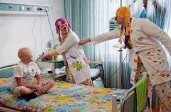 خنداندن کودکان جنگ زده فلسطین توسط دو جوان در شمایل دلقک!