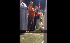 سلفی گرفتن این مرد هنگام خواندن نماز، جنجال به پا کرد!