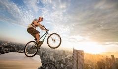 بازی با مرگ این دوچرخه سوار را ببینید؛ فکر کردن به آن هم آدم را دیوانه می کند
