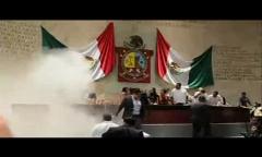 کتک کاری نمایندگان مجلس در مکزیک با کپسول آتش نشانی ختم به خیر شد!