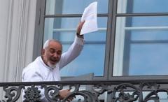 وقتی جواد ظریف بعد از توافق هسته ای وارد هواپیمای خبرنگاران ایرانی شد/ویدئو