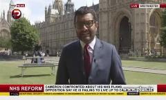 حرکت عجیب دو پسر جوان پشت سر مجری خبر تلویزیون انگلیس روی آنتن زنده!