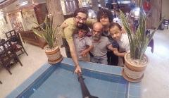 شما هم با بیزینس کوتاه قدترین مردان ایران آشنا شوید: سفره خانه ای سنتی که چشم همه مشتریانش را گِرد کرده است
