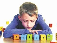 کودک اوتیسمی کلمات را تکرار میکند