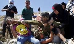 فیلم کتک خوردن سرباز اسرائیلی حین ربودن یک پسربچه از چند زن