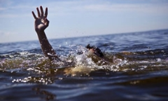 افتادن مجری زن تلویزیون در آب روی آنتن زنده!