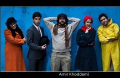 اعتراض جنجالی بازیگری که پا برهنه در خیابان تبلیغ می کند: شاید بگویند ابله است!/ویدئویی برای آنها که از ازدواج می ترسند