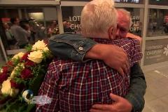 فرودگاه لهستان میزبان یکی از زیباترین آغوش های جهان شد: دیدار 2 برادر بعد از 70 سال!
