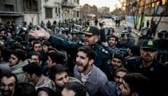 تجمع ایرانی ها جلوی سفارت عربستان و اعتراض شدید/ویدئو