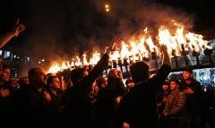 تصاویری باشکوه از عزاداری متفاوت عرب های مقیم تهران برای امام حسین/از مشعل های آتشین تا خیرات قهوه داغ