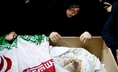 وداع تلخ مردم ایران با مردی که به خاطر دفاع از خاک و ناموس شان به شهادت رسید/پیکر پاک شهید سردار حسین همدانی باشکوه تشییع شد