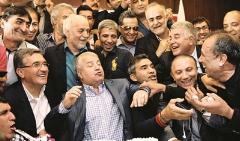وقتی کیک تولد علی پروین را به صورت ستاره پرسپولیس زدند!/علی کریمی ، عابدزاده و برانکو جشن تولد علی پروین را ستاره باران کردند