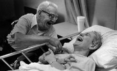 ویدئویی که اشک میلیون ها نفر را درآورد: عاشقی این زوج پیر در بیمارستان، تبدیل به مشهورترین ویدئوی هفته در جهان شد