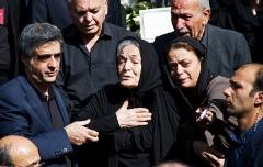 مادر هُما روستا در روز آخرین دیدار با دخترش، اشک همه را سرازیر کرد/هما روستا در خاک آرام گرفت/گزارش اختصاصی از تشییع پیکر بانوی تئاتر ایران