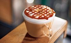 یک نوشیدنی گرم برای بعد از ظهرهای سرد پاییزی: کارامل ماکیاتو برای کسانی که عطر قهوه را دوست دارند اما تلخی اش را نمی توانند تحمل کنند!/ کافه تی وی پلاس
