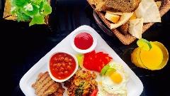 از سوسیس تخم مرغ و آبمیوه های چند رنگ تا املتی که نیاورانی ها برایش صف می کشند/ صبحانه ای که چشم هایتان را گرد می کند!