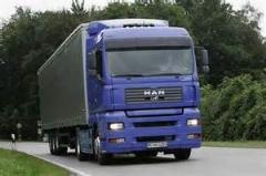 لحظه لیز خوردن زن به زیر کامیون و رد شدن کامیون