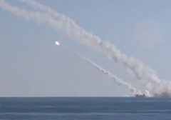 لحظه شلیک موشک از زیر دریایی روسیه به سمت اهداف داعش