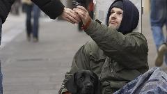 این ویدیو لحظه ی بی نظیری را به تصویر می کشد: بخشش عجیب یک مرد بی خانمان!