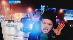 مجری یک شبکه تلویزیونی هنگام گزارش به دلیل وزش باد شدید با حادثه غیر منتظره ای روبه رو شد/حتما ببینید