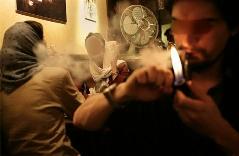 بررسی پدیده کافه نشینی در میان جوان ها: اگر نگذاریم سیگار بکشند که باید در اینجا را تخته کنیم/ آلترناتیو دیگری غیر از کافه نشستن نداریم!/ خط ویژه بررسی می کند