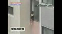 در کلیپ دیده می شود مردی به علت خوردن مشروبات الکلی و نداشتن تعادل از پنجره ساختمان سقوط می کند