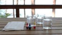 در این ویدئو به کمک لیوان پر آب و کش و دستمال کاغذی یک آزمایش جالب انجام می شود /حتما ببینید