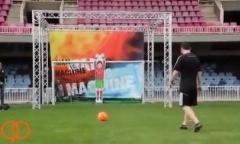 چالش جذاب لیونل مسی مقابل ربات دروازه بان/دیدنی