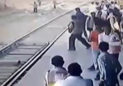 نجات معجزه آسای کودک از مقابل چرخ های قطار