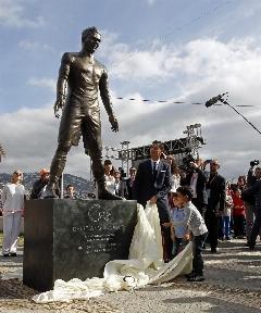 نام ستاره آرژانتینی بارسلونا روی مجسمه مهاجم پرتغالی رئال مادرید نقش بست/خواهر کریستیانو رونالدو: این عملی شرمآور و خرابکارانه است