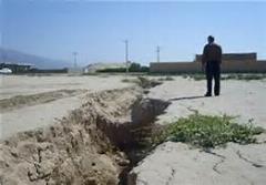 شکاف خوردن ناگهانی زمین در ایران در شهرستان داراب