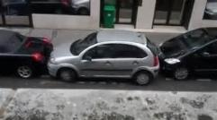 پارک کردن جالب ماشین توسط این خانم/ زد ماشین جلو و عقب خودش رو داغون کرد