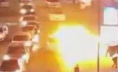 حمله جوانان بحرینی به خودروی پلیس آل خلیفه