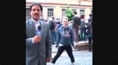 حمید معصومی نژاد ررررم /رقص یک مرد پشت آقای معصومی نژاد در حین گزارش