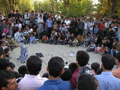 بودن یا نبودن در میدان جنگ و تئاتر درمانی؛ وقتی تئاتر خیابانی بازار جشنواره فجر را داغ می کند؛ خاک صحنه تقدیم می کند