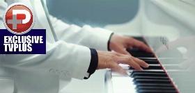 ویدئوی منتشر شده از پیانو زدن و شعر عاشقانه خواندن فوتبالیست مشهور به مناسبت روز عشق برای مخاطب خاصش !!!