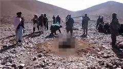 تصاویر هولناک سنگسار مادر زن توسط داماد های داعشی 18+