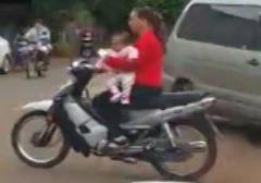 نجات معجزه آسای مادر موتور سوار و نوزاد + فیلم