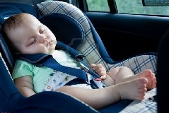 پرت شدن کودک از ماشین در یکی از خیابان های چین