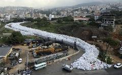خیابانی پوشیده از زباله در بیروت در اعتراض به بحران زباله در این شهر