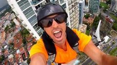 عکس العمل های هیجان انگیز دختر و پسرهایی که خودشان را از بالای یک ساختمان مرتفع  پرت می کنند/اگر بیماری قلبی دارید، دیدن این ویدیو برای شما ممنوع است/اینجا بلندترین زیپ لاین دنیاست