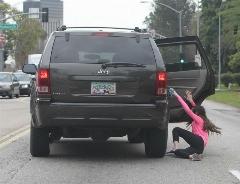 یک قدم تا فاجعه؛ بیرون افتادن یک کودک از ماشین در حال حرکت وسط اتوبان (فیلم)