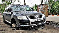 لحظه منحرف شدن خودرو به علت لغزنده بودن خیابان و نجات معجزه آسای پلیس از تصادف