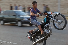 اقدام بی شرمانه موتورسوار مقابل دیدگان پلیس + فیلم