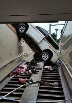 تصادف راننده 82 ساله هنگام پارک کردن اتومبیل