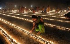 در هند  یک مراسم مخصوص وجود دارد که زن ها باید بدون افتادن از روی آتش رد شوند تا بتوانند ازدواج کنند