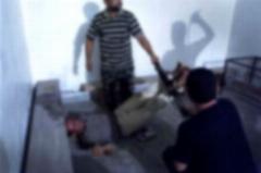 تصاویری دردناک از لحظه شکنجه زندانیان سیاسی در زندان معروف تهران/این نمایش پرفروش دلتان را به درد می آورد