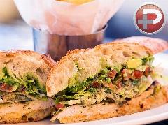 یک ساندویچ خوشمزه و سالم را با دم دستی ترین مواد، در منزل تهیه کنید؛ طرز تهیه ساندویچ سالاد مرغ گریل شده در آشپزخانه تی وی پلاس