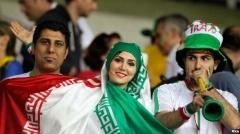 بالاخره مجاز شد! وقتی خانم ها برای اولین بار در کنار مردان در پرشورترین استادیوم ایران به تشویق تیم محبوبشان می پردازند
